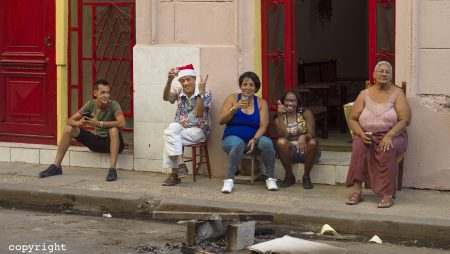 familyportrait of a family celebrating the new year Havana 2018, by Dutch photographer Maurits van Hout