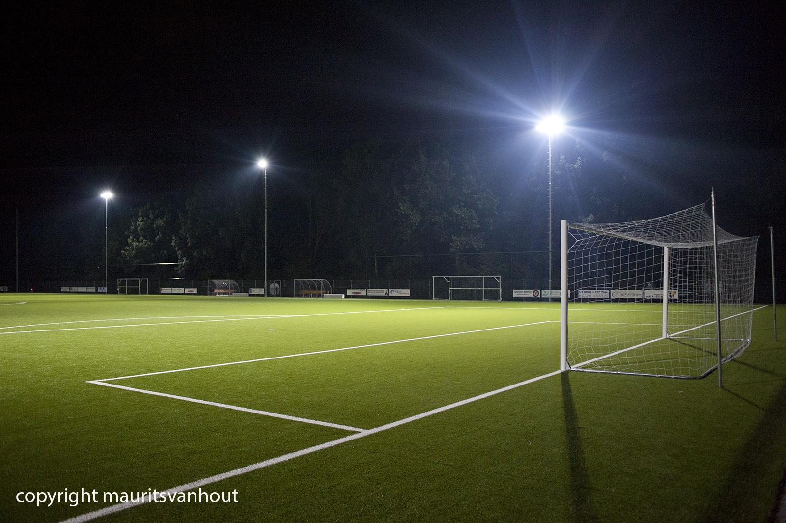 Voorbeeld van produktfotografie op locatie door fotograaf Maurits van Hout uit Den Haag (Rijswijk) ; led verlichting op een sportpark