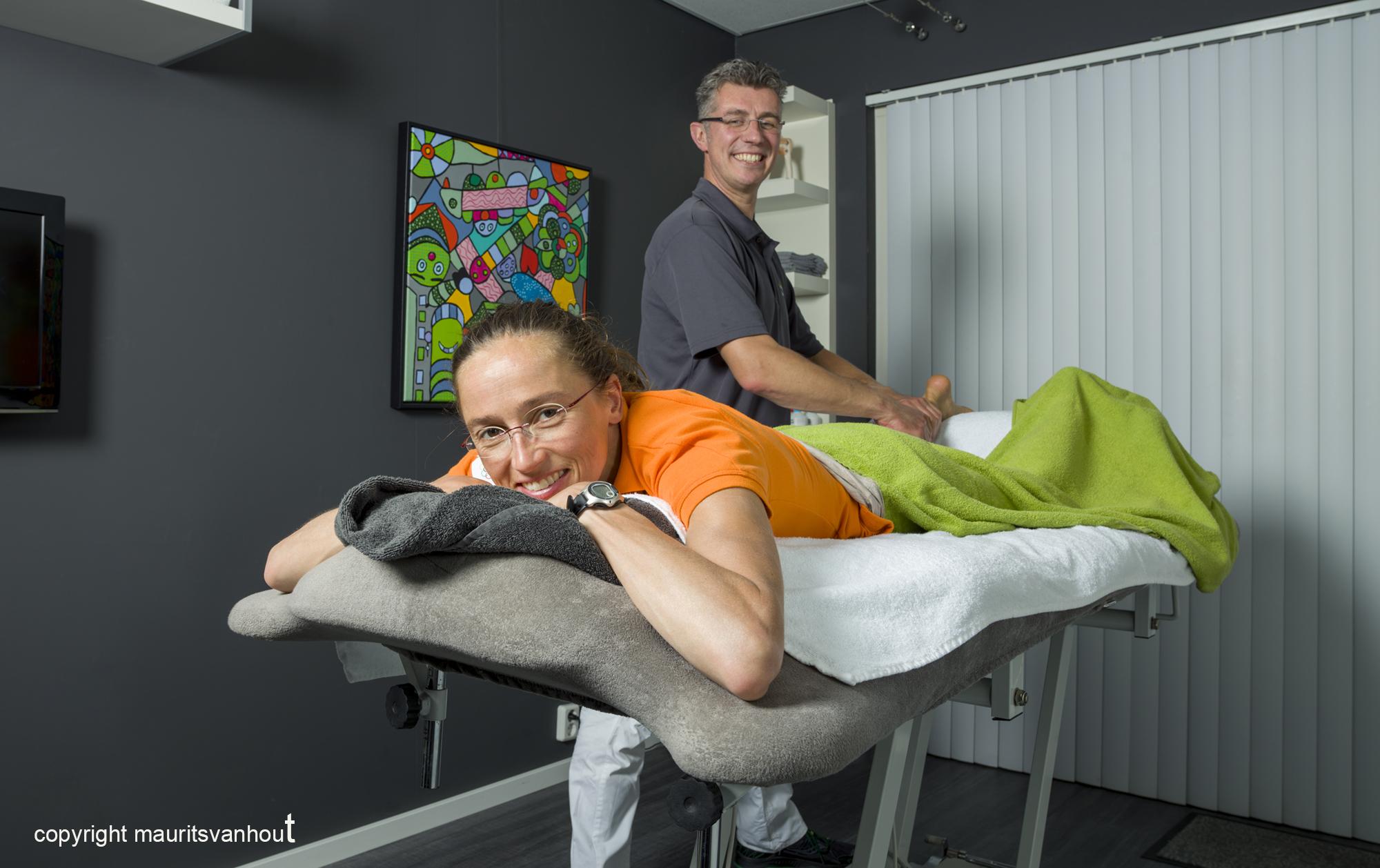 Sportmasseur aan het werk, portret door portretfotograaf maurits van hout Rijswijk Den Haag