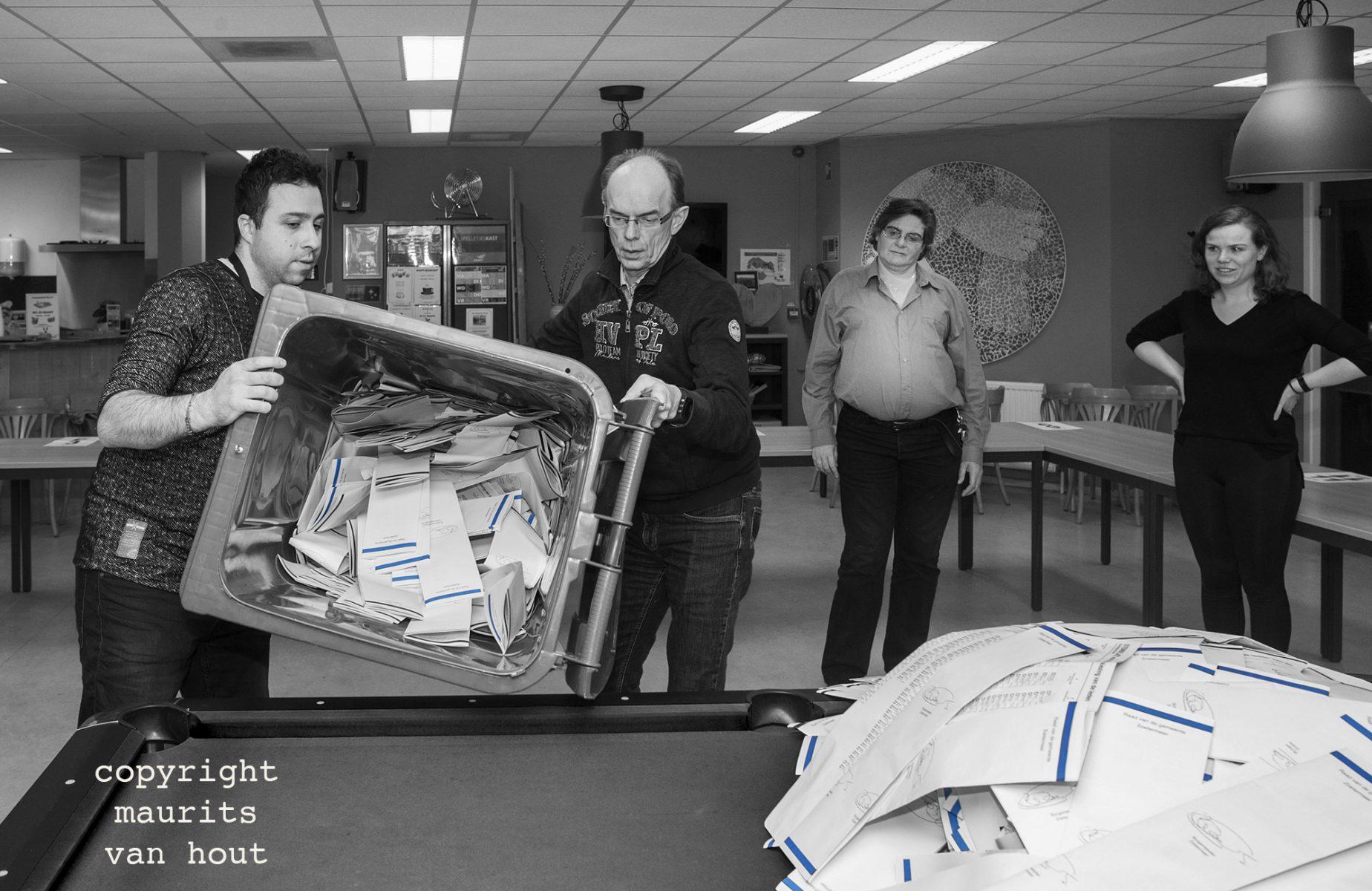 De containers met de stembiljetten worden geleegd.